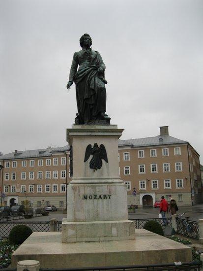 Salzburg_Mozart_standbeeld-mozartplatz